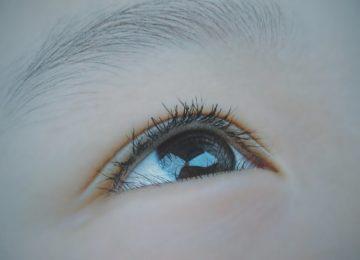 Lebdeči delci v očeh – vzroki, simptomi in zdravljenje