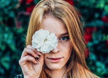 Kaj narediti, ko se kontaktna leča zagozdi v očesu?