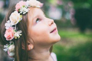 otroci nosijo kontaktne leče
