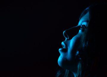 Modra svetloba – ali škoduje našim očem?