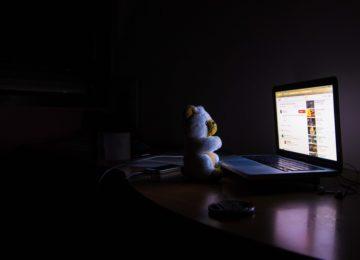 Nevarnosti digitalnih naprav ‒ kako modra svetloba vpliva na otrokove oči?